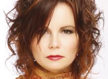 taglio medio rosso capelli mossi