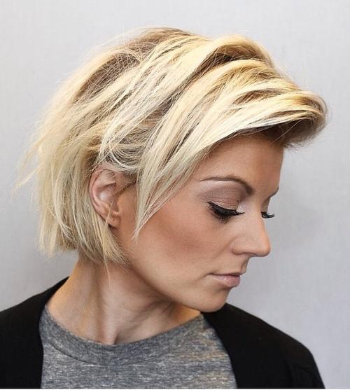 Taglio capelli biondi caschetto